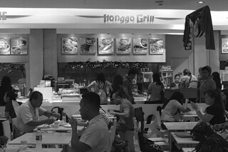 IIonggo Grill - Crowd bw