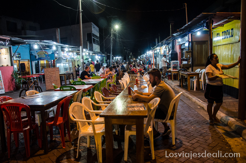 vivir en las islas galapagos calle de los kioskos
