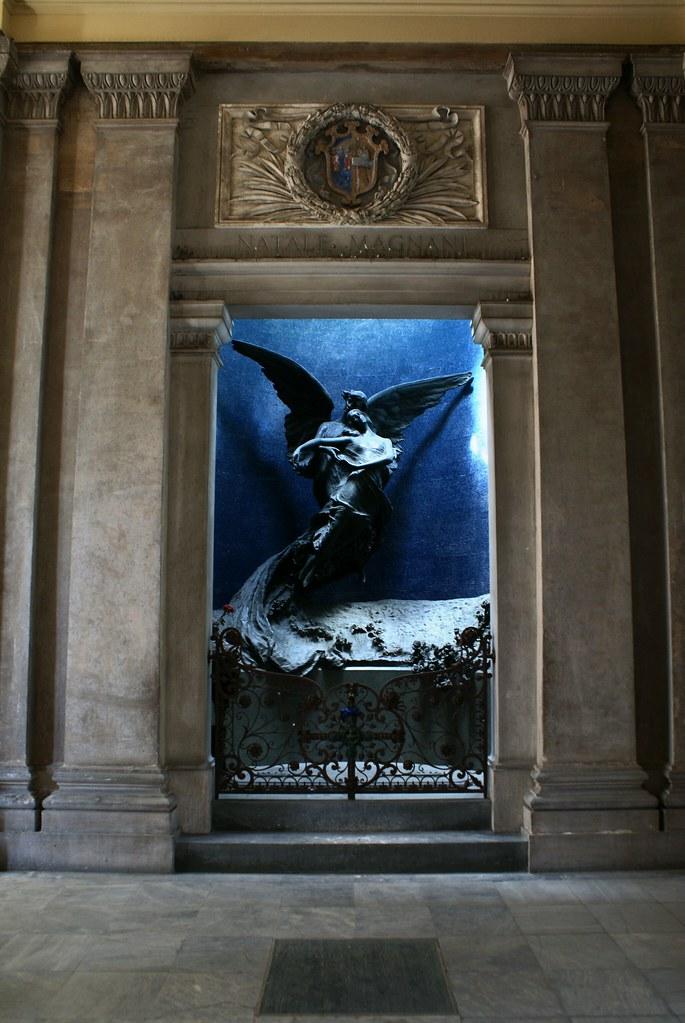 Une des sculptures les plus impressionnantes du cimetière de Bologne : L'ange bleu.