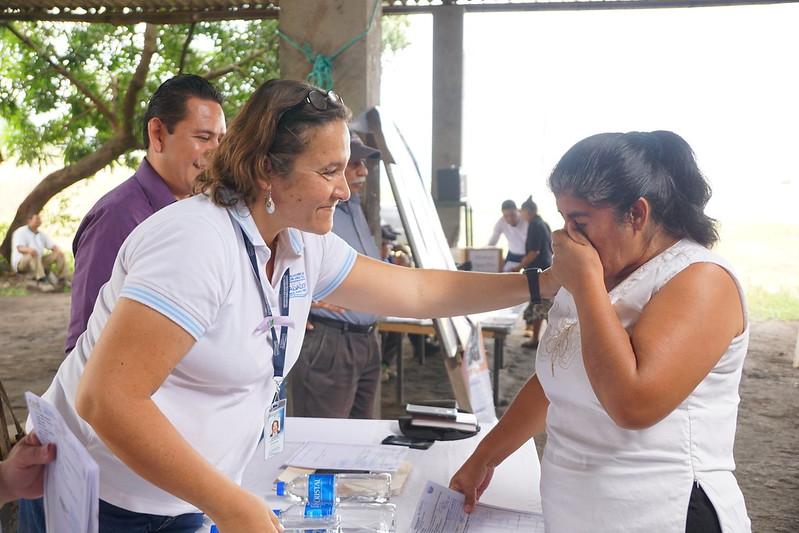 Entrega de escrituras a familias de Cooperativa Agua Fria