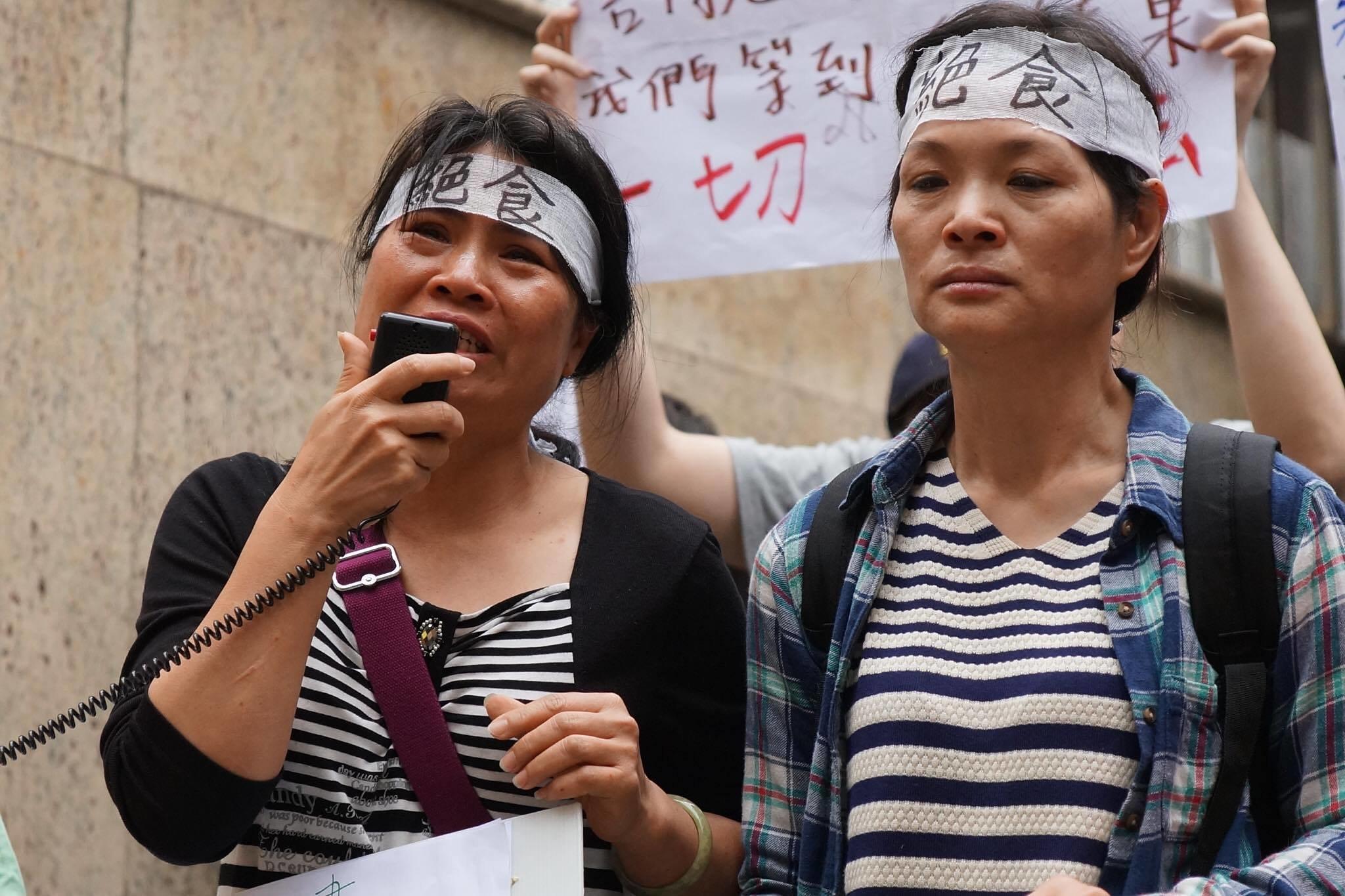 工人羅逸榛(左)泣訴老闆未能體恤員工。(攝影:王顥中)
