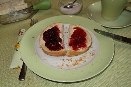Brötchen mit Kirschmarmelade und Erdbeermarmelade