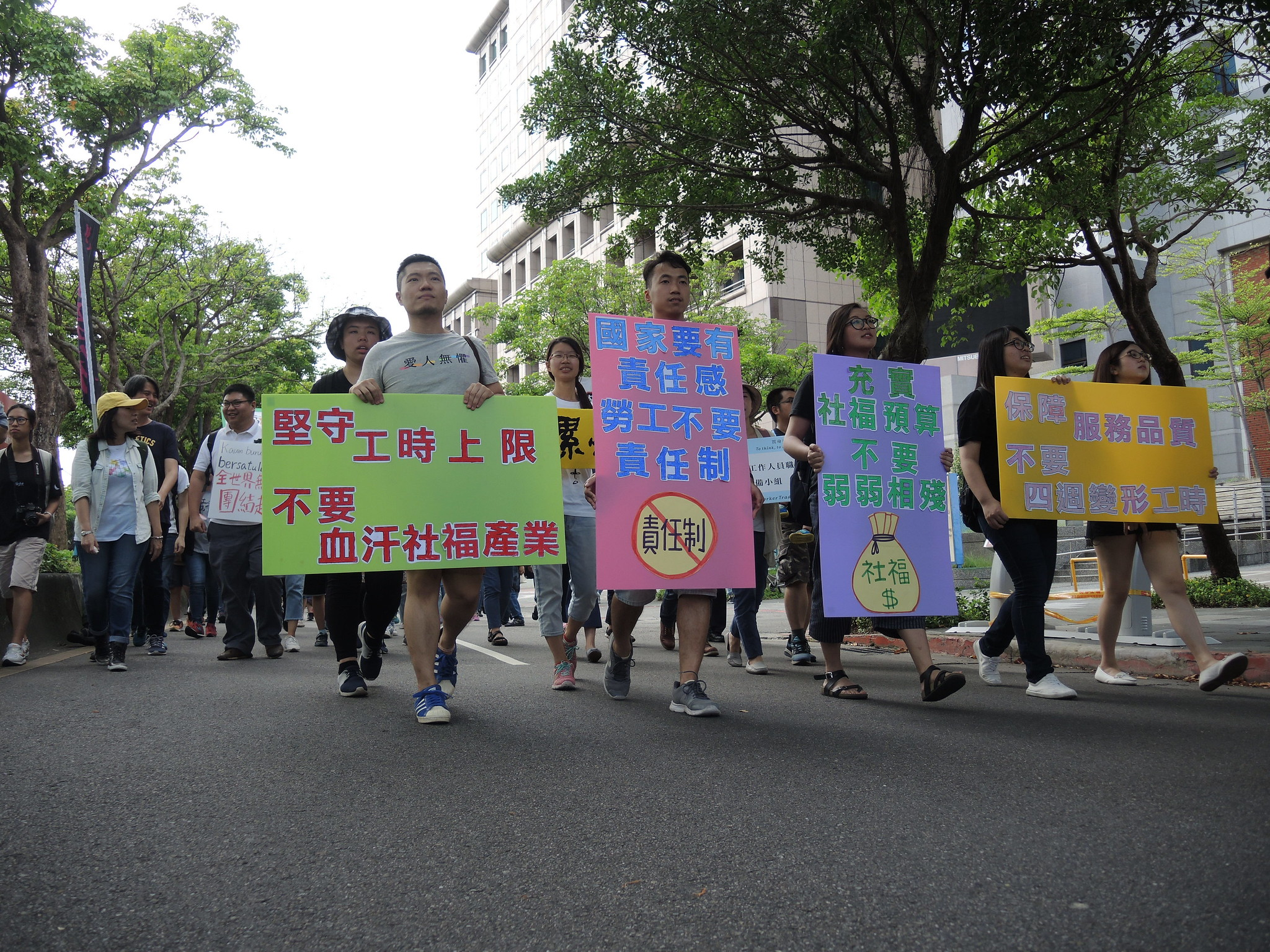社福產業的勞工在五一遊行的隊伍裡。(攝影:曾福全)