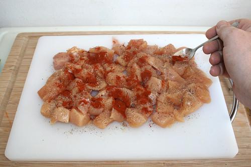 24 - Hühnchenbrustwürfel mit geräuchertem Paprika würzen / Season chicken dices with smoked paprika