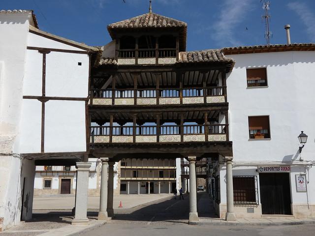 Entrada de la Plaza Mayor porticada de Tembleque (Toledo), parte de la Ruta de Don Quijote de La Mancha