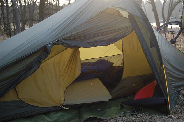 Bild: Zelt mit offenem Eingang, Schlafsack und Luftmatratze