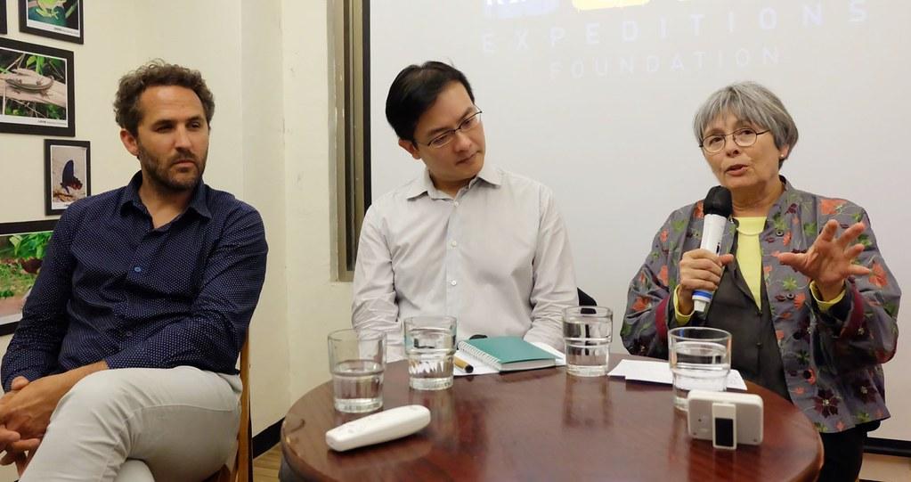 羅曼‧特魯布萊(左一)與海洋專家法藍絲瓦‧蓋爾(右一)於Tara探險船在台期間與公民社會分享Tara經驗。與攝影:陳文姿