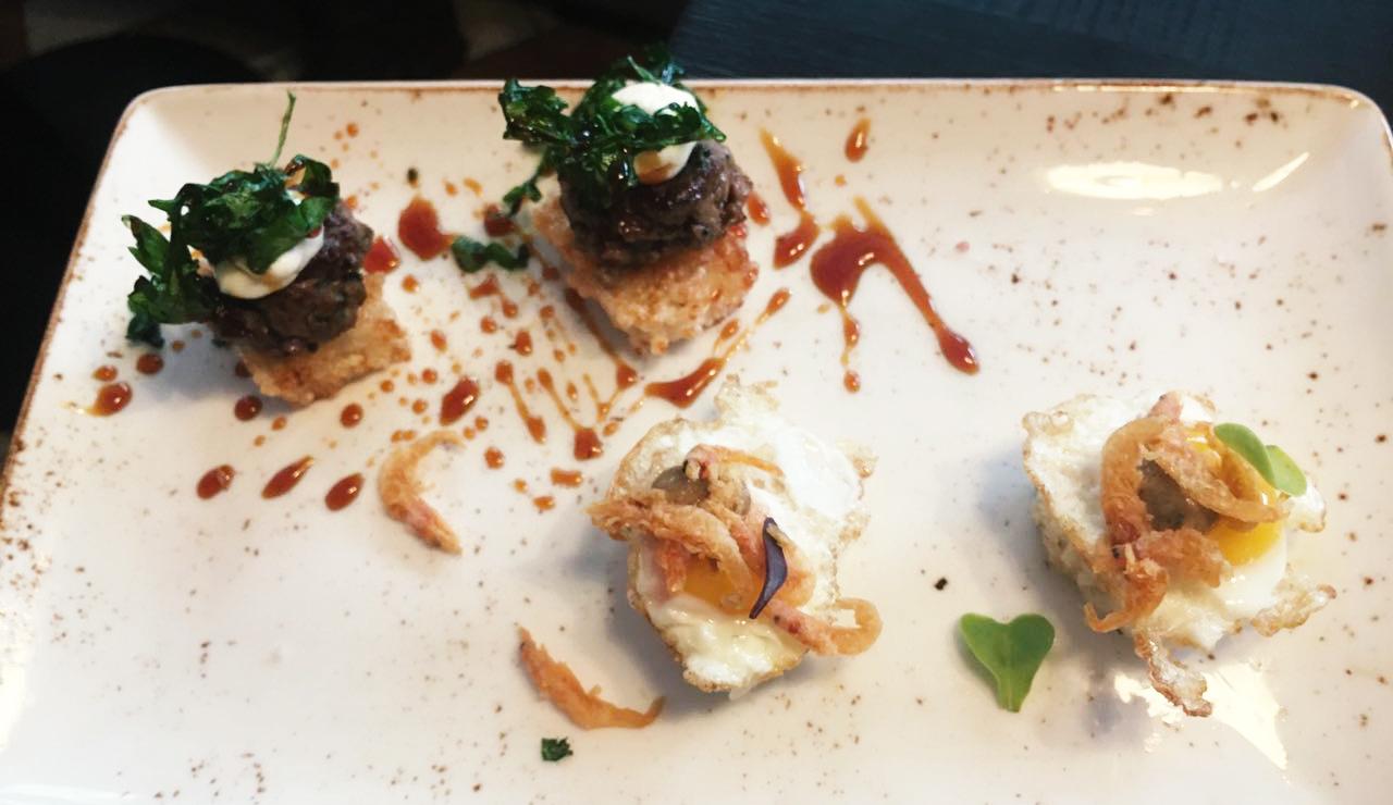 sushita_café9-nigiri-de-huevo-de-codorniz-y-chanquetes-hamburguesita-de-wagyu-sobre-japo