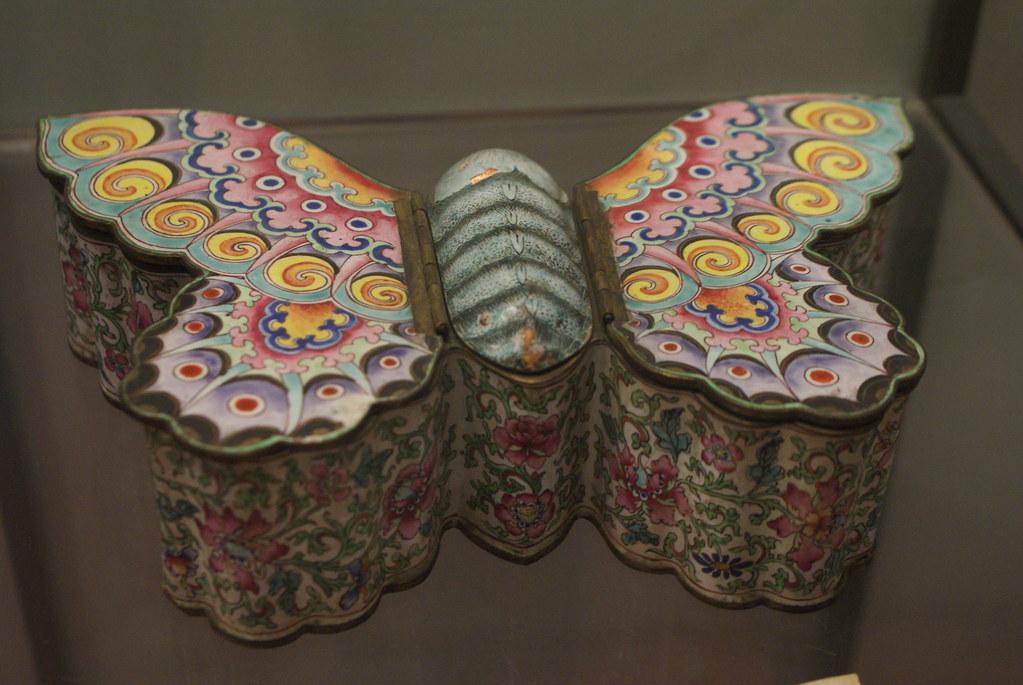 Boîtes à poudre psychédélique de Chine au musée médiéval de Bologne.
