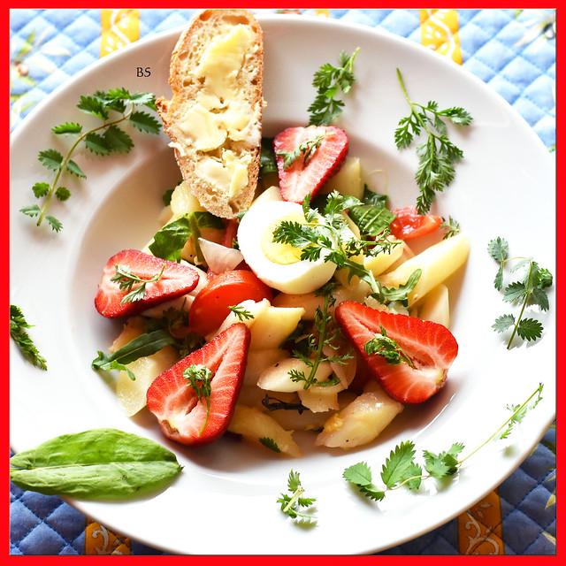 bunter Kräuter-Spargel-Salat mit Tomaten und Erdbeeren