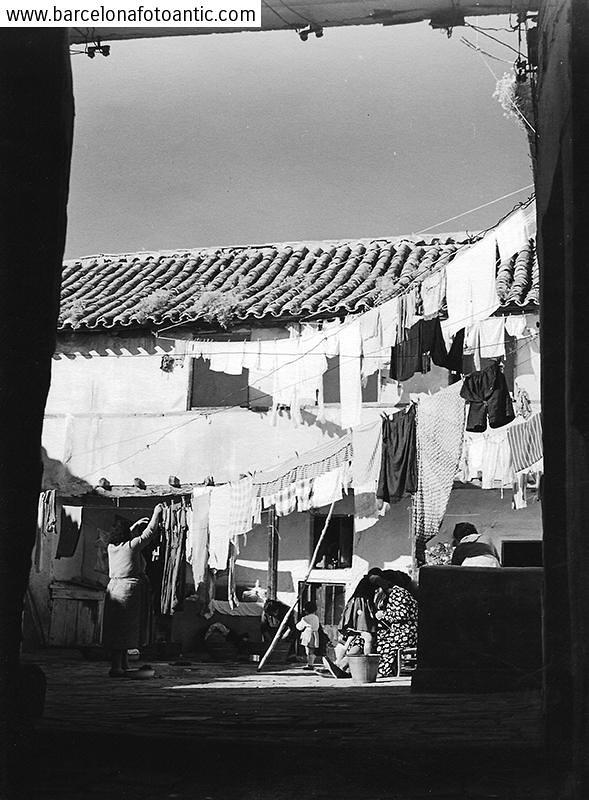 Un patio de Toledo en 1956. Fotografía de Joan Miquel Quintilla