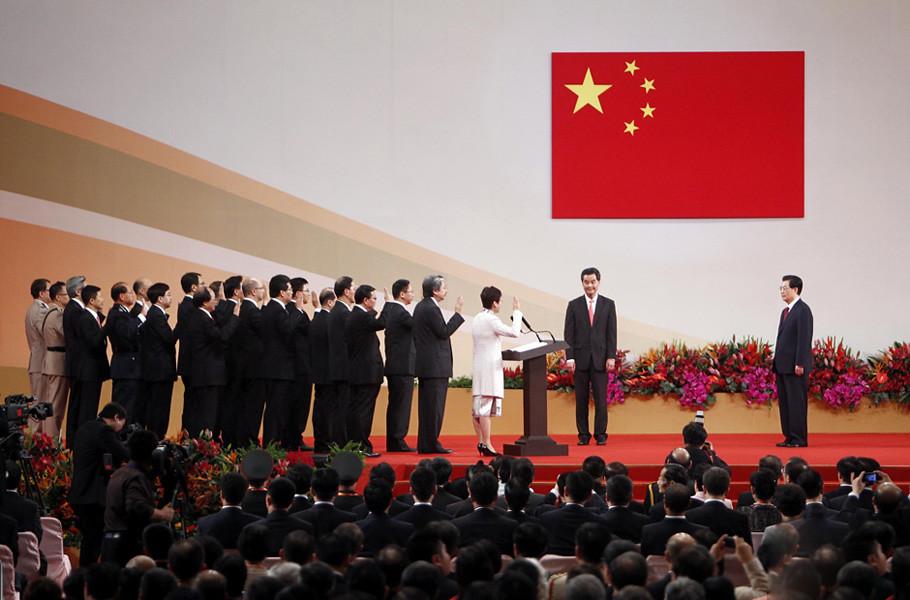 2012年7月1日,第四屆特區政府主要官員在特首梁振英和國家主席胡錦濤的注視下宣誓就職。曾俊華、林鄭月娥、梁振英處於照片的焦點。(圖片來源:《央視網》)