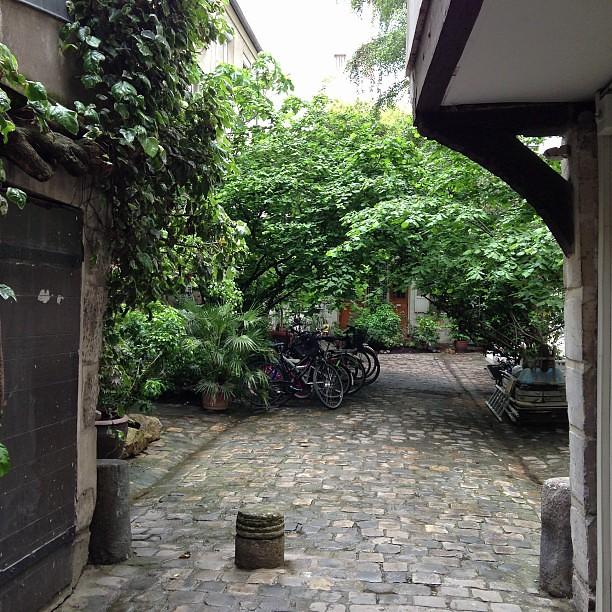 Derri re ce jardin parisien se cachent les bureaux de bosc for Derriere les murs de mon jardin