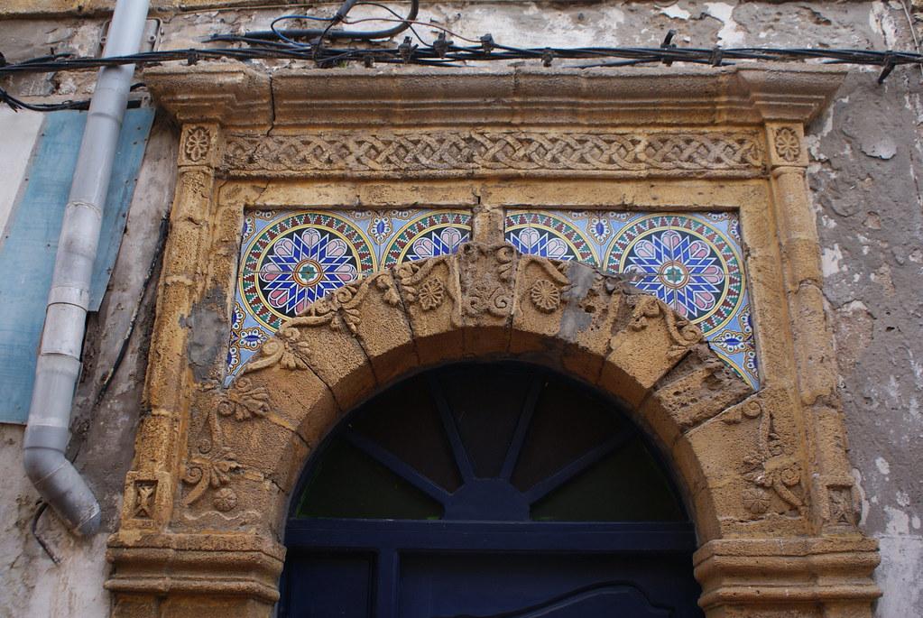 Sur cette porte ce sont les motifs psychédéliques et colorés qui font plaisir.