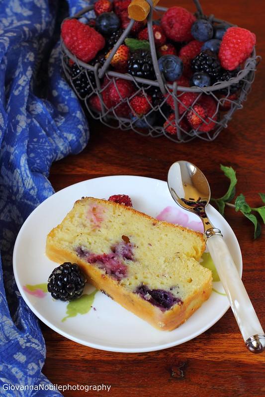 Ricetta del cake ai frutti di bosco e crema allo yogurt, frutti di bosco, vaniglia e timo