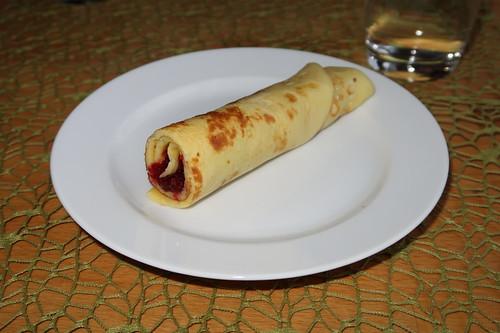Gerollte Pfannkuchen mit Sauerkirschmarmelade