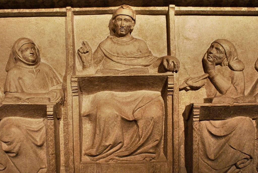 Monument funéraire d'un professeur de l'université au musée médieval de Bologne.
