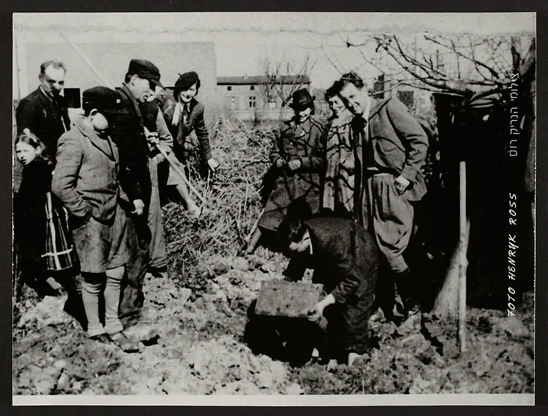 holocaust-lodz-ghetto-photography-henryk-ross-30-58e2061298fd8__880