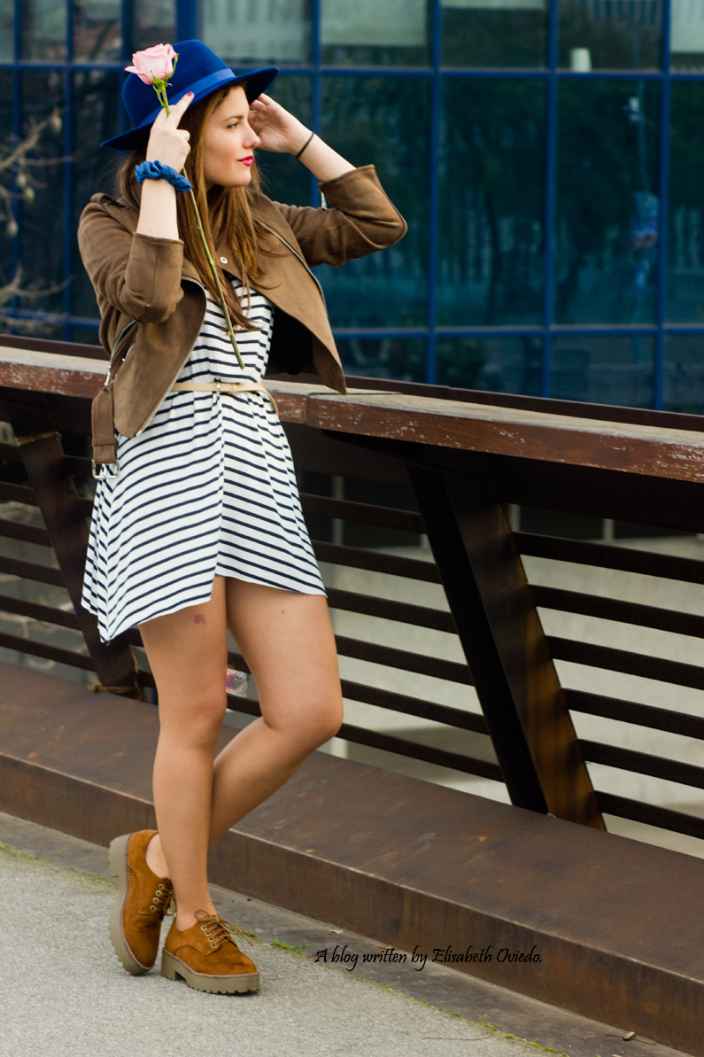 vestido navy chaqueta marrón sombrero azul stradivarius heelsandroses rosas barcelona (2)