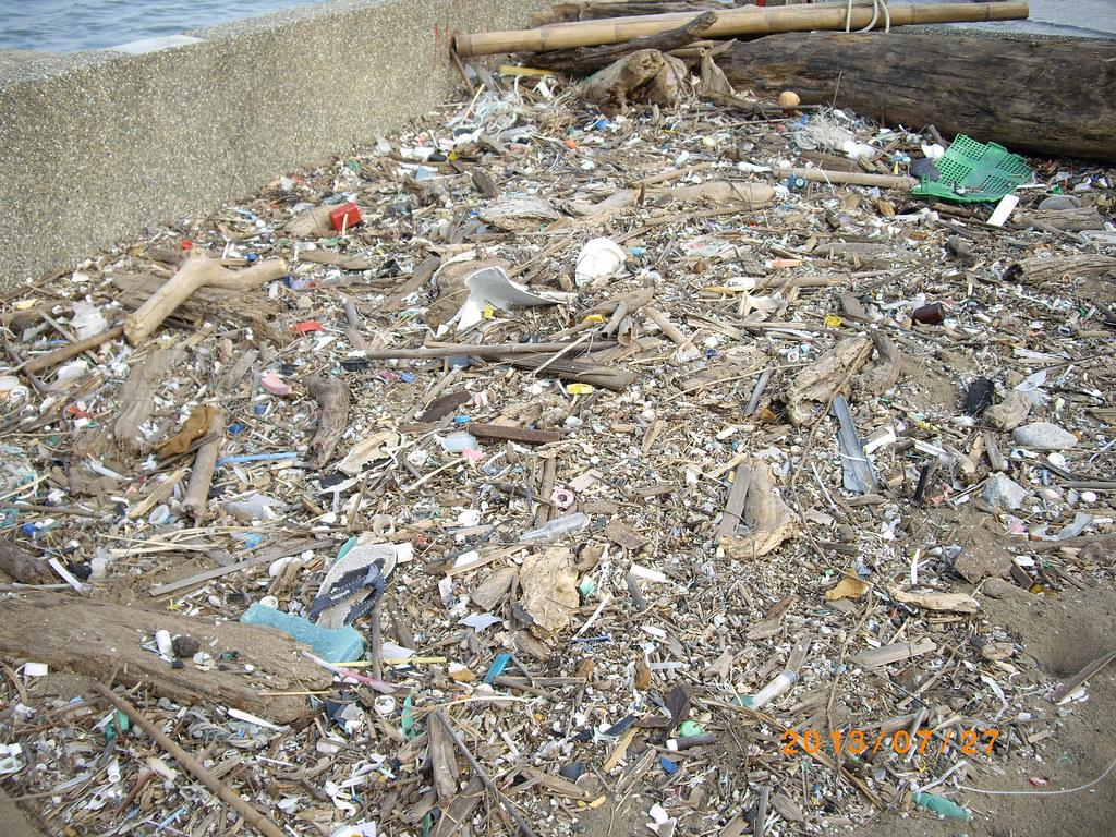 許多碎裂的塑膠垃圾佈滿沙灘