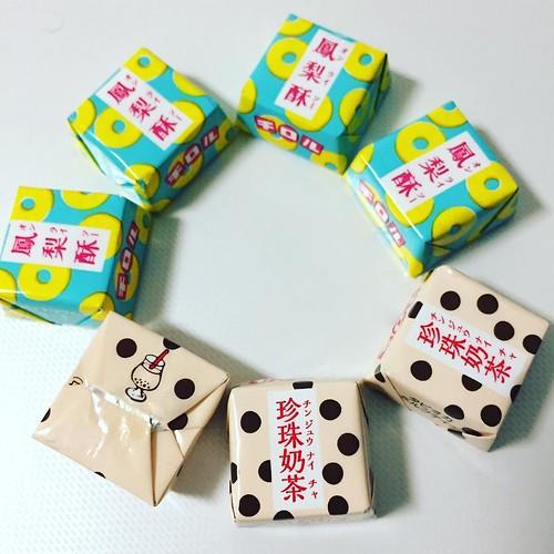 おいしい!ちゃんと味を再現している! 香港のエッグタルトもチロルチョコ化してほしい! #台湾甜品 #チロルチョコ #香港甜品もお願いします #コンビニレジ横つい買っちゃう #やばい猫に取られた
