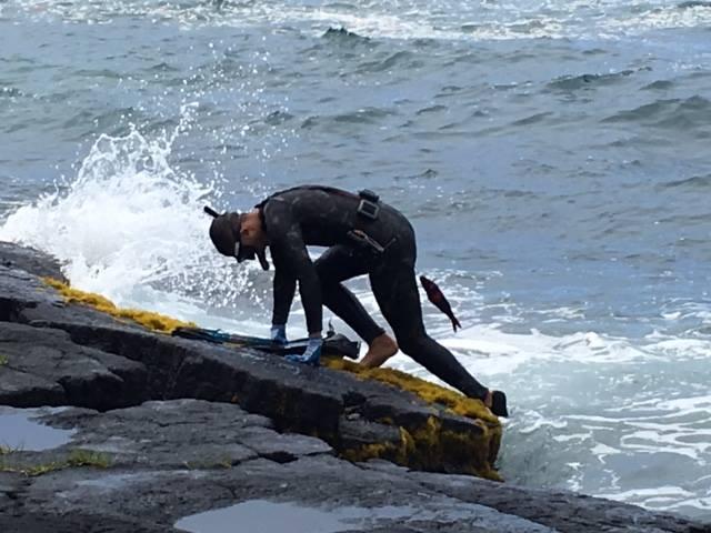 一位剛上岸的14歲夏威夷潛水打魚少年(蔡政良2016年8月攝於夏威夷島)