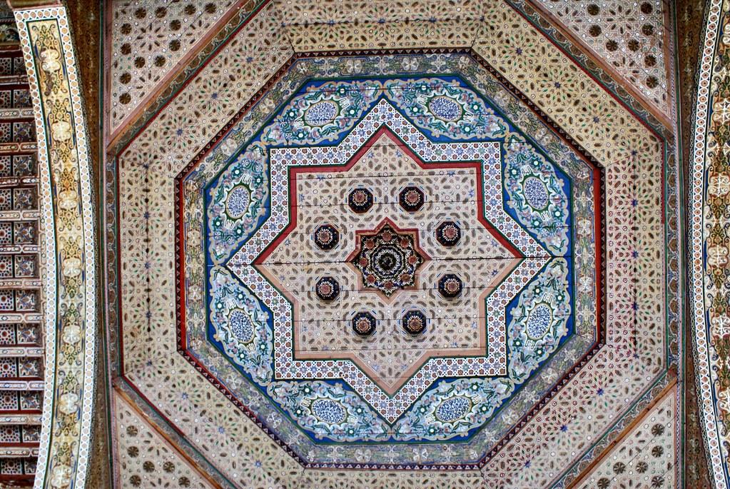Autre plafond du Palais Bahia : Stupeur et tremblement. Il s'en faudrait de très peu pour que l'ensemble se mette à vibrer.