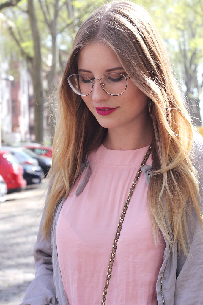 outfit detail bild rosa kleid vogue brille pinker flat out fabulous mac lippenstift