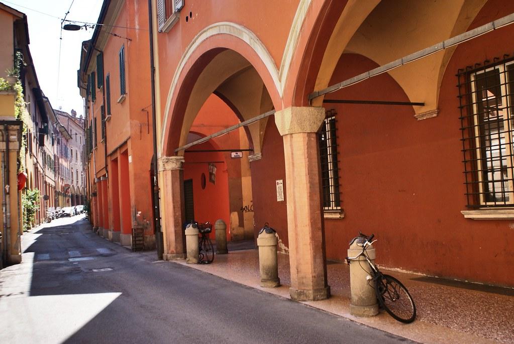 Arcades ou portiques de Bologne : Une manière agréable d'échapper au soleil brulant et à la pluie.