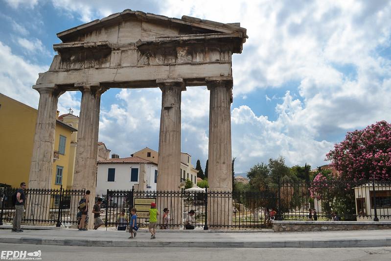 La puerta de Arquegetis en el Ágora romana