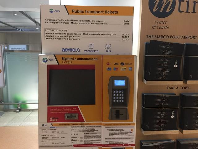 Máquina expendedora del billete ACTV a Venecia desde el aeropuerto Marco Polo