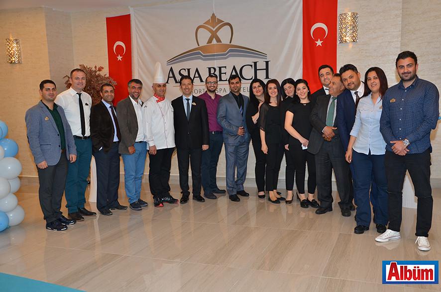 ASIA Beach Resort & SPA Hotel ailesi Albüm için poz verdi.