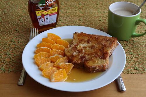 French Toast mit Ahornsirup und Orangenstücken