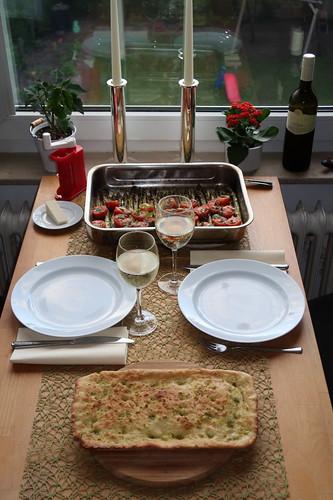 Ofenspargel auf italienische Art mit Focaccia (Tischbild)