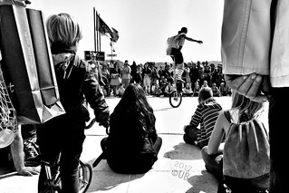 looking at the future - #Salò #italia #lombardia #bnw_lombardia #bn #biancoenero #italy #blackandwhite #bnw #streetphotography #streetshots #streetshow #sunday #domenica #family #kids #bicycle #monocycle #circus #streetcircus | by Umberto Babusci