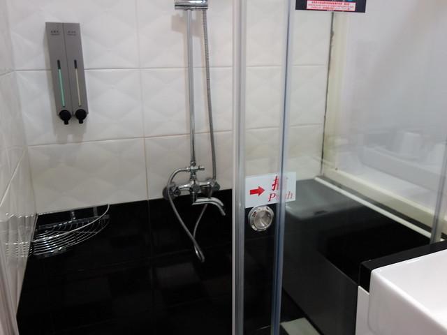 乾濕分離,我們住的這間沒有別人反映的洗澡水外溢問題@清翼居童話館,近台北車站的住宿選擇