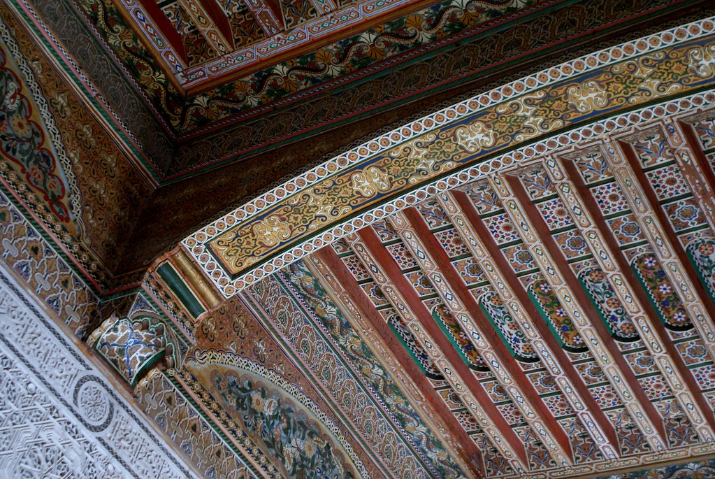 Plafond finement décoré au palais de la Bahia à Marrakech.
