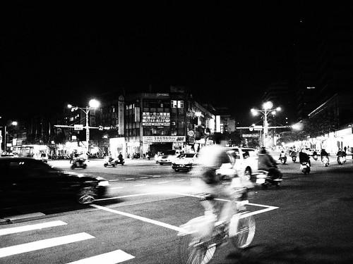 台北の街を走る自転車のモノクロ写真