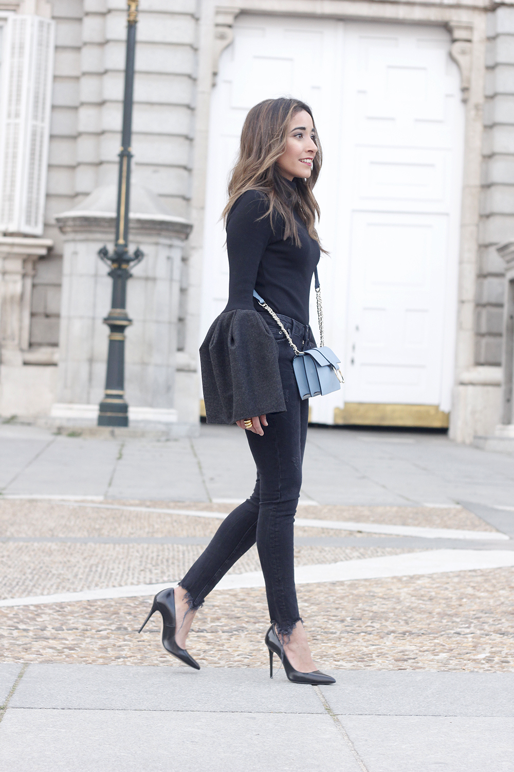 Black sweater with bell sleeves black jeans heels uterqüe bag palacio real madrid street style fashion outfit06
