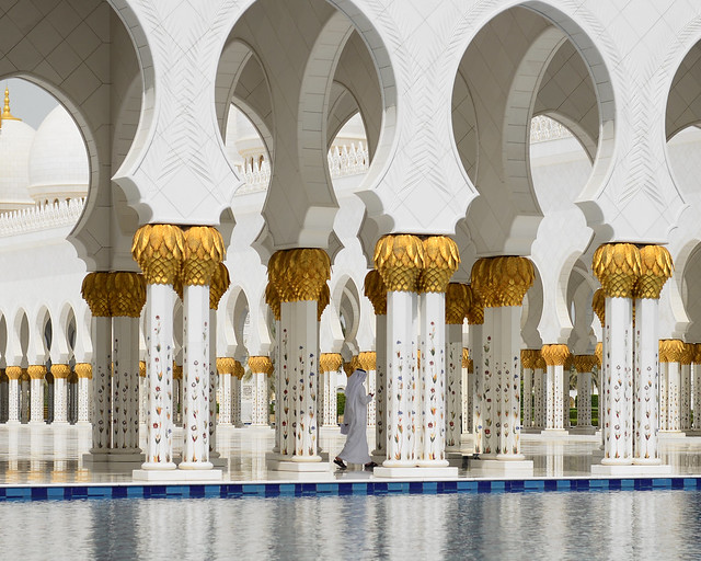 Caminando entre columnas majestuosas de blanco mármol