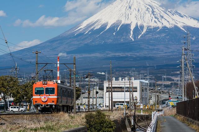 富士山と岳南電車を撮ったけど、富士山の頭が切れてしまった