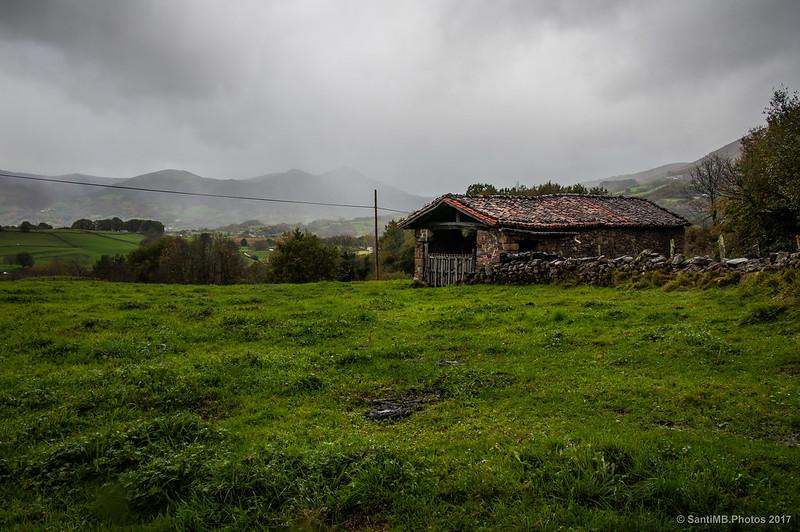 Una borda en el camino a Iñarbil