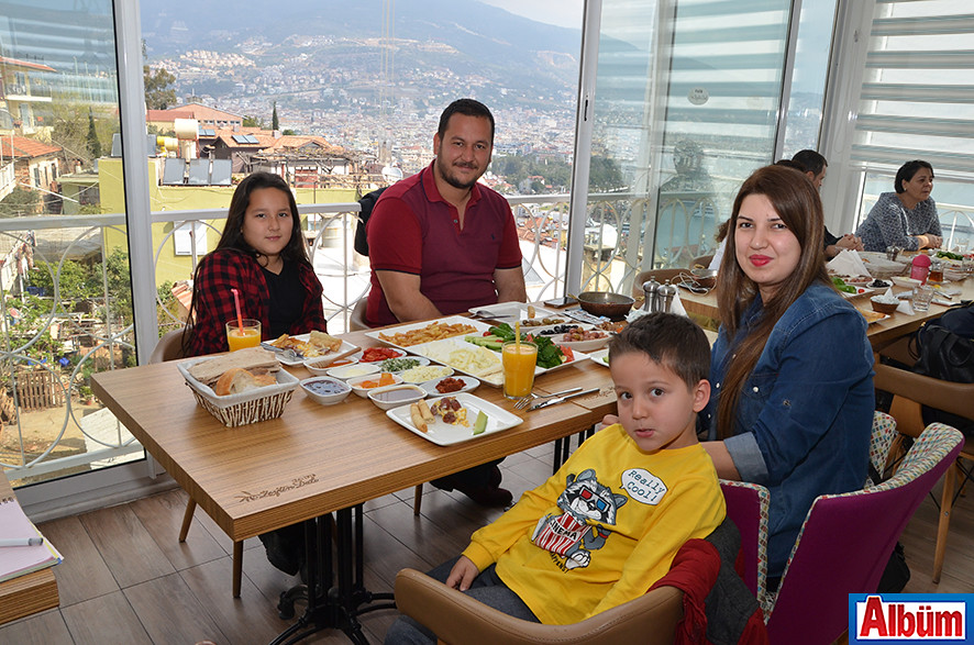 Eren Bahçeçi ve ailesi pazar keyfi yaptı