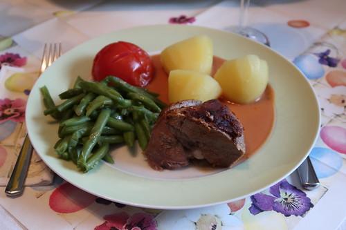 Lammkeule in Tomatensoße mit Salzkartoffeln, grünen Bohnen und Schmortomaten