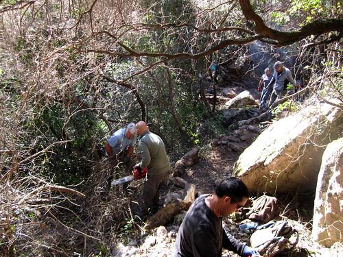 Peaufinage du sentier d'I Carbunari aux abords du franchissement du ruisseau