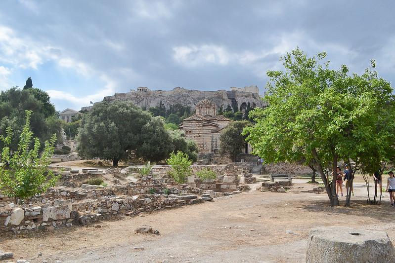 En primer plano la iglesia de los Santos Apostoles