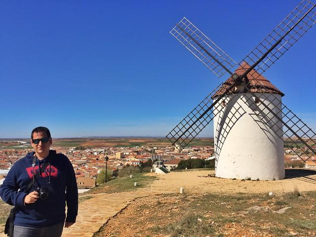 Sele junto a uno de los molinos de viento de Mota del Cuervo (Ruta de Don Quijote en coche)