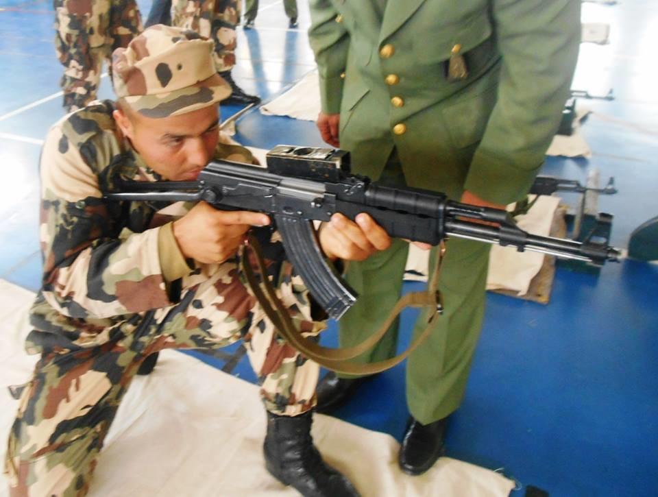 الصناعة العسكرية الجزائرية  [ AKM / Kalashnikov ]  - صفحة 2 33373639833_49c49da918_b