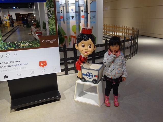 跟送便當的姊姊合照@鐵道體驗館,CITYLINK松山館/松山火車站3F