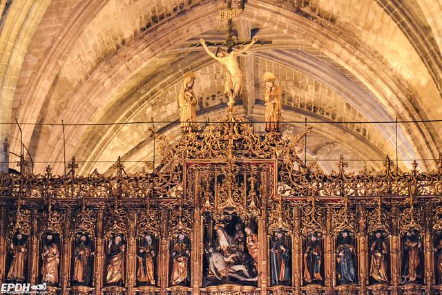 El Cristo del Millón coronando el retablo.